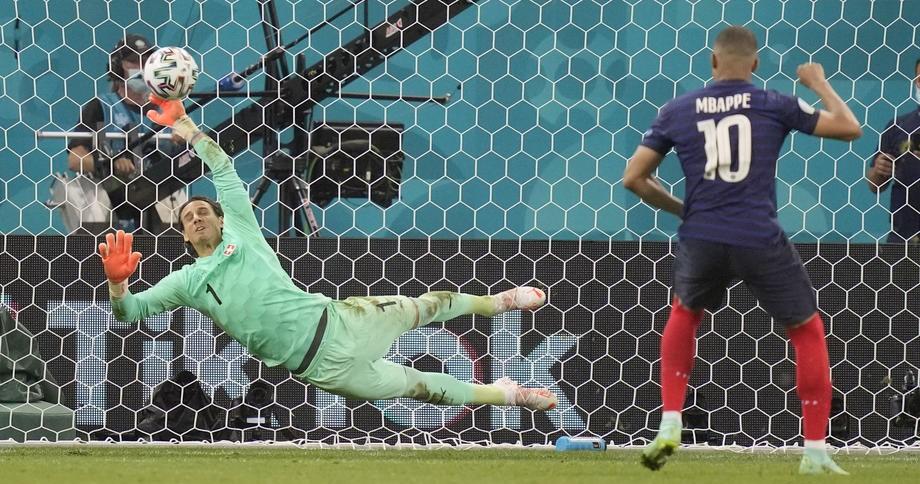 Французские болельщики требуют переиграть матч со Швейцарией - фото