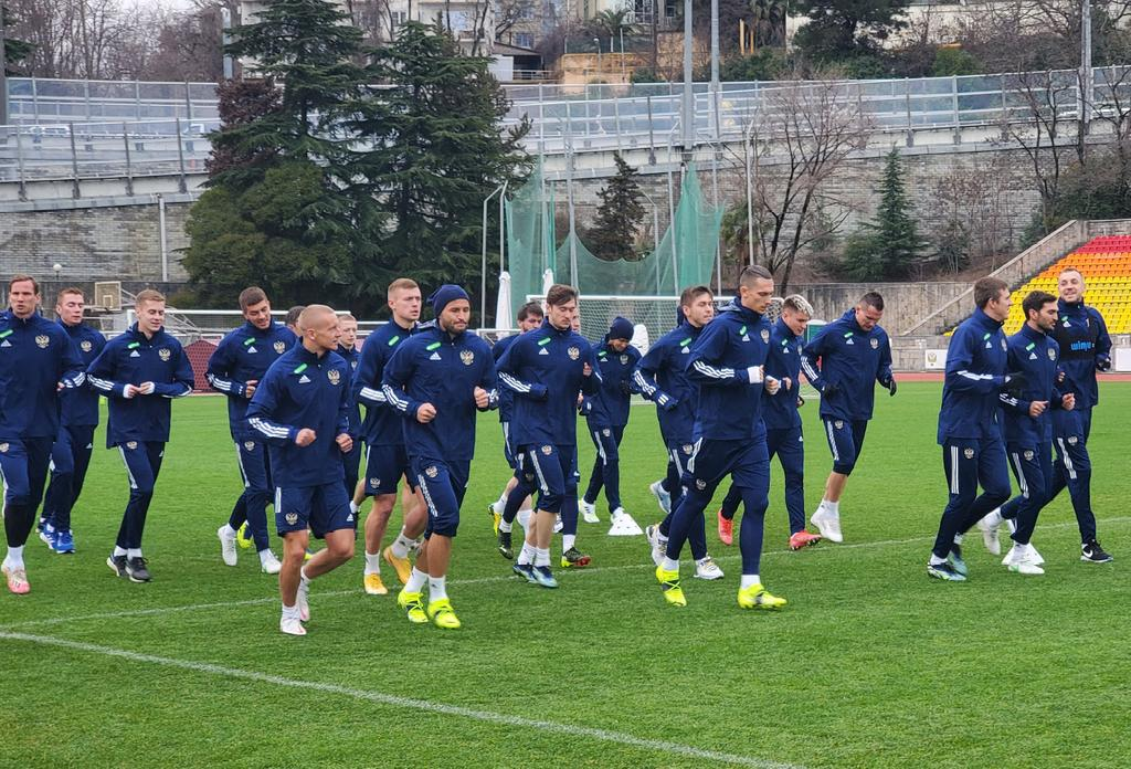 Безуглов: Большинство футболистов сборной России давно готовы привиться - фото