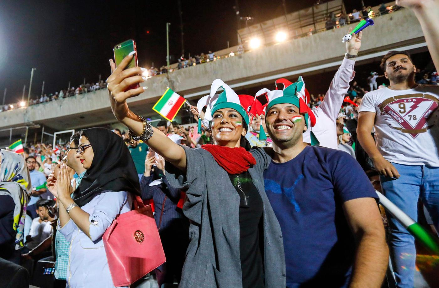 В Иране женщинам разрешат ходить на футбол. Этого требует ФИФА - фото