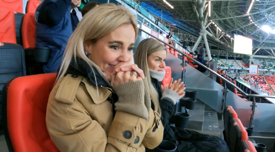 Жена Карпина – новый герой российского футбола. Она ходит на стадион вместе с мужем и поет в его честь - фото