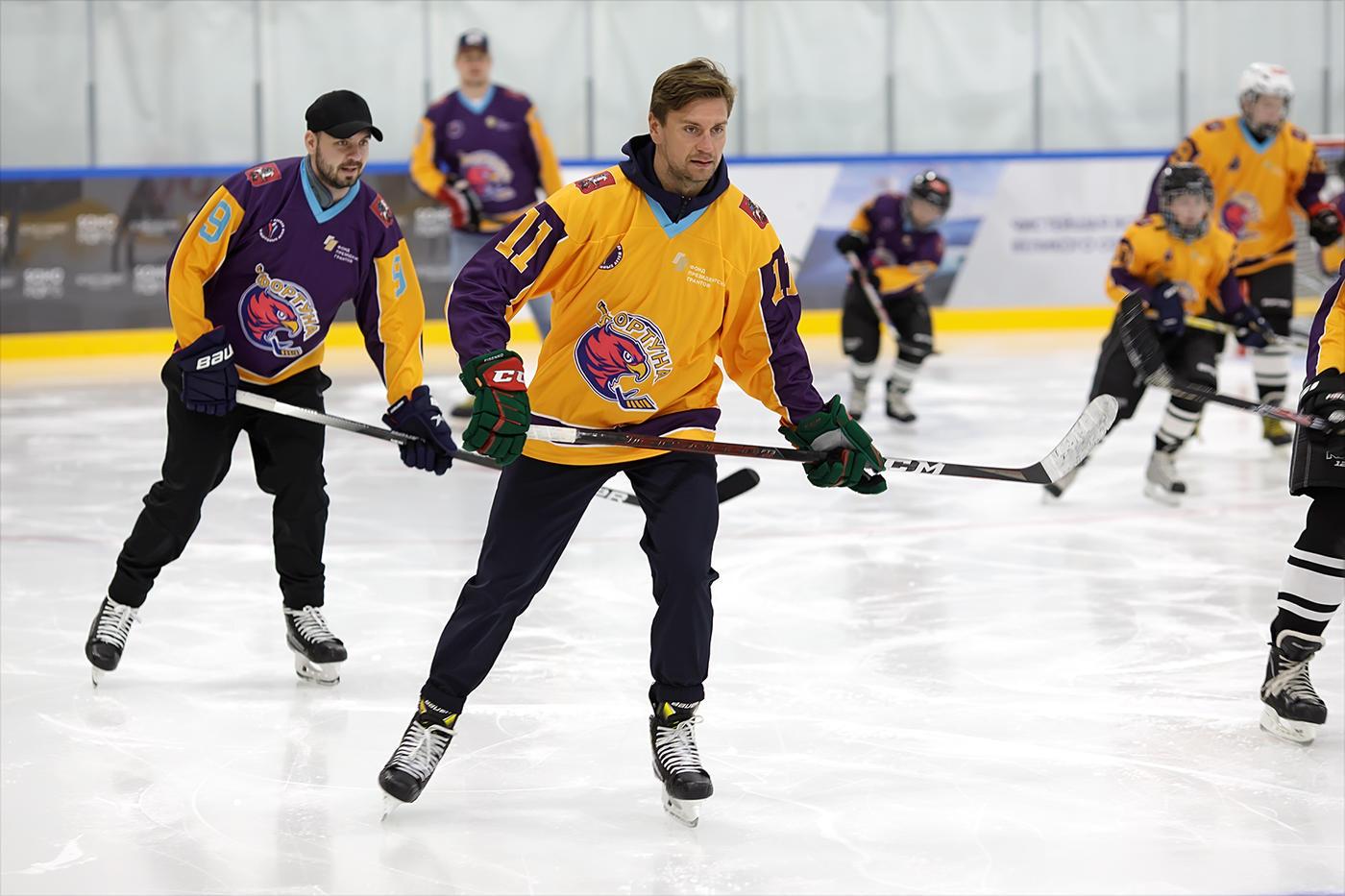 Незрячие хоккеисты команды «Фортуна» сыграли вместе с Михаилом Фисенко - фото