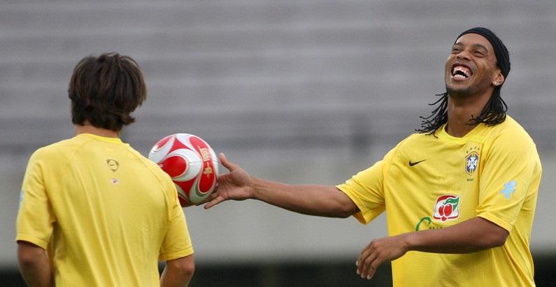 Роналдиньо после тюрьмы: легендарный футболист не знал, что у него поддельный паспорт - фото