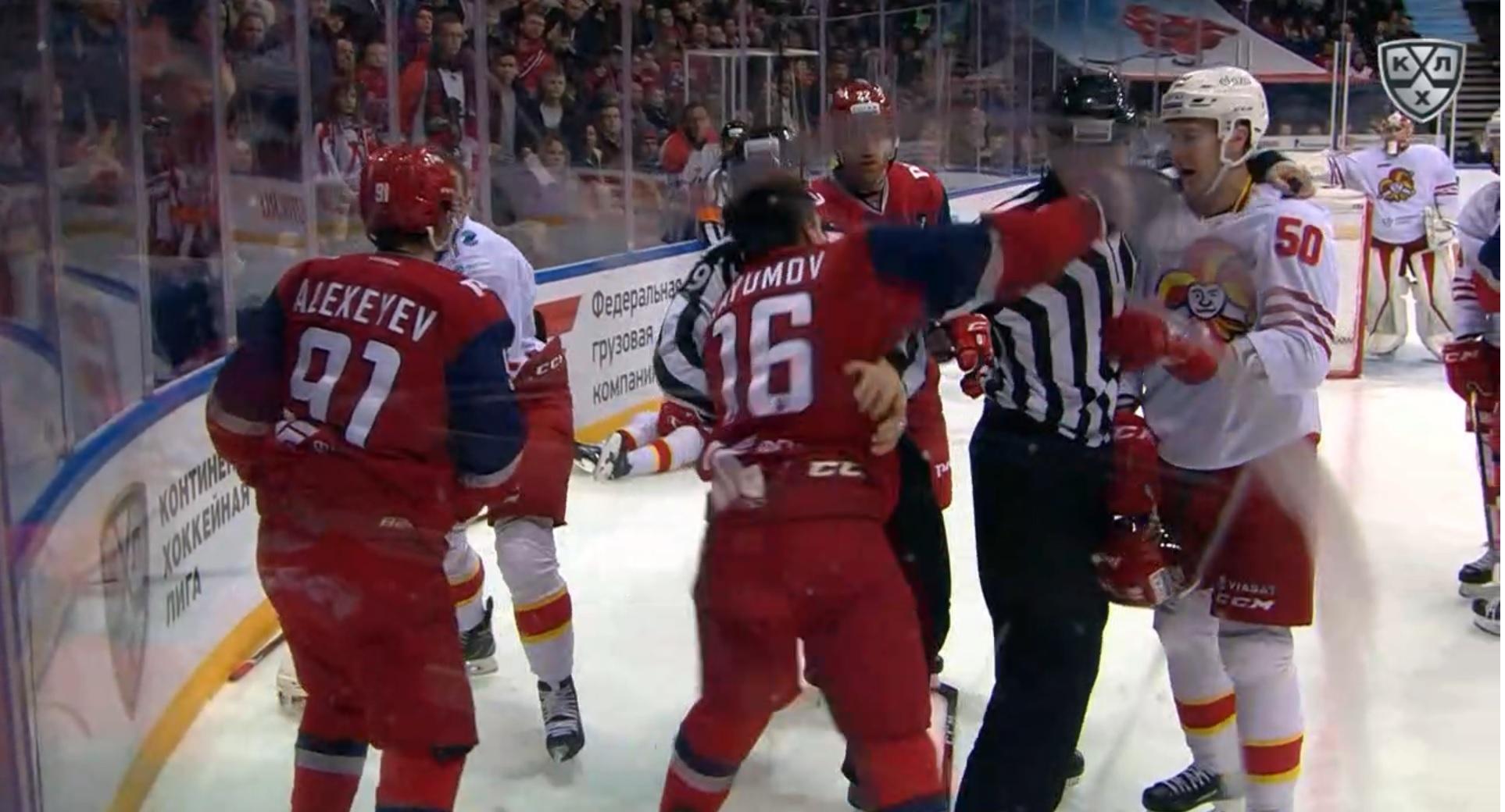 Хоккеист «Локомотива» хотел подраться с соперником, но попал кулаком точно в зубы арбитру (ВИДЕО) - фото
