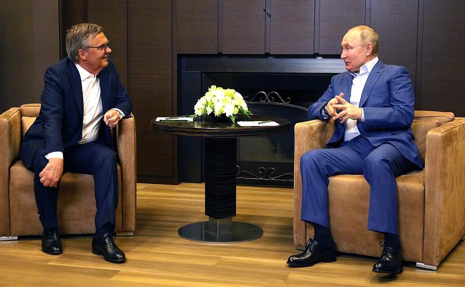 «Будем рады, когда построят СКА Арену». Владимир Путин обсудил с Рене Фазелем ЧМ-2023 по хоккею - фото