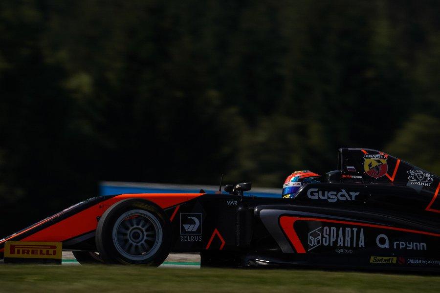 Смаль на подиуме дождевой гонки в Шпильберге: россияне сражаются в Формуле-4 - фото