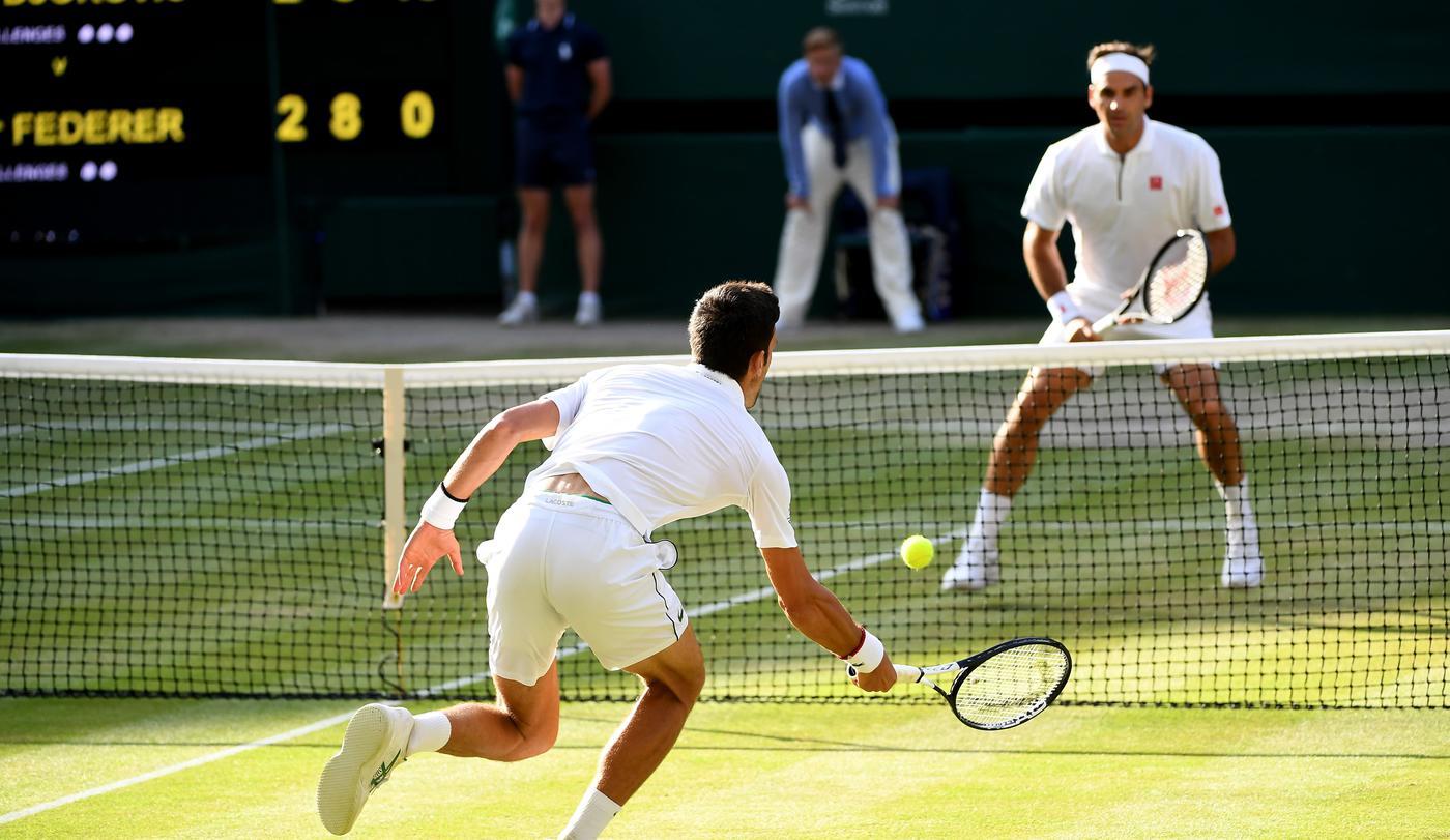 Джокович во второй раз подряд выиграл Уимблдон, финал с Федерером стал самым долгим в истории турнира - фото