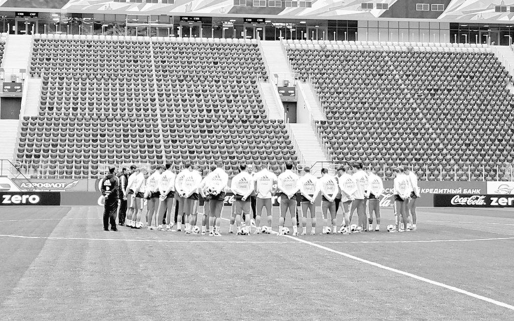 Сборная России на стадионе «Санкт-Петербург». Тренировка началась с минуты молчания - фото