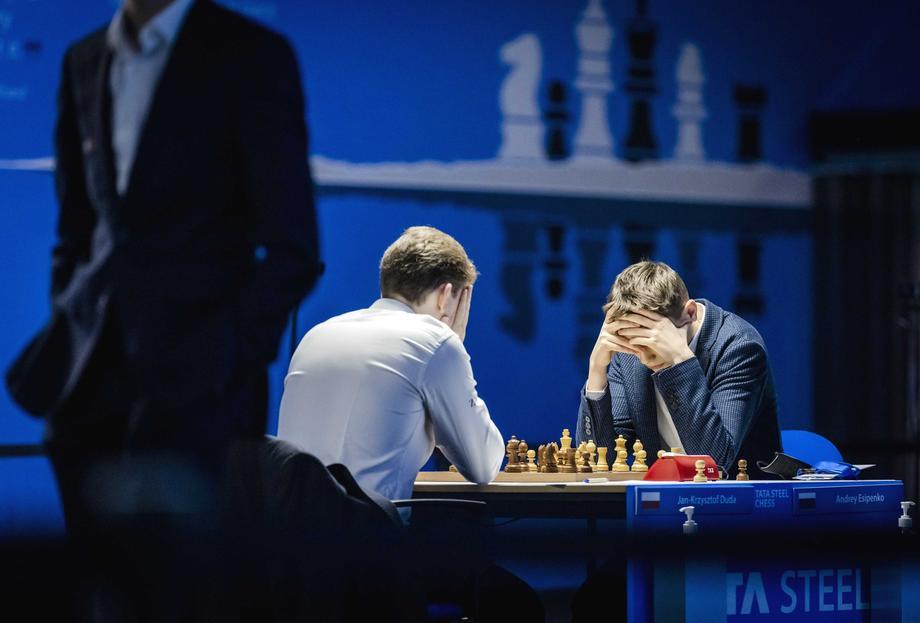 «Карлсен сейчас не в лучшей форме, но Есипенко был великолепен»: Петр Свидлер – о победе российского таланта над королем шахмат - фото