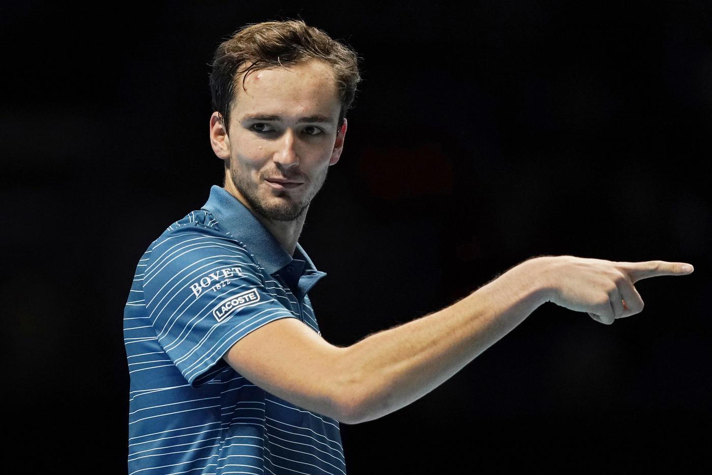 Медведев отдал матч Надалю, показывая палец - фото
