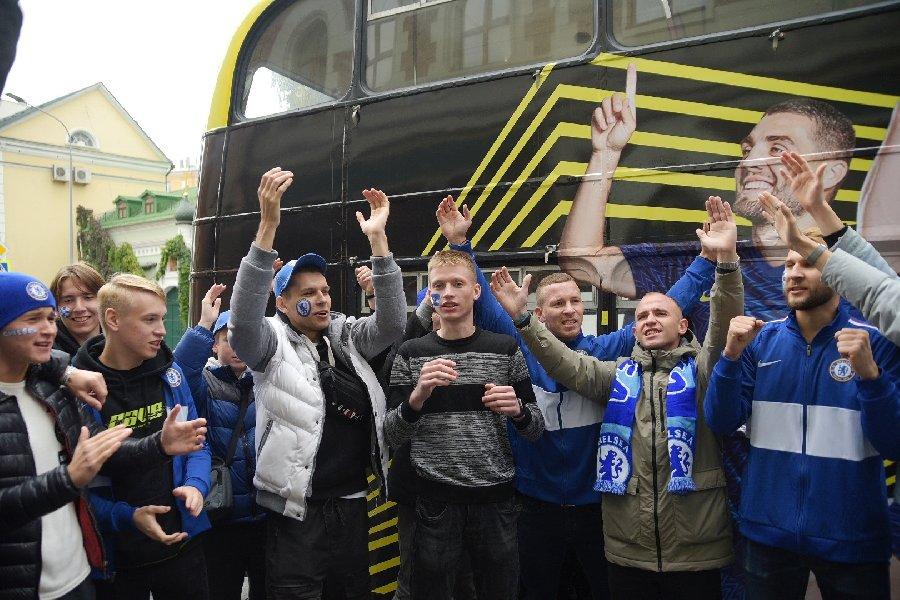 В Москве появился автобус в цветах «Челси»: фанаты встретили его перед игрой с «Манчестер Сити» - фото