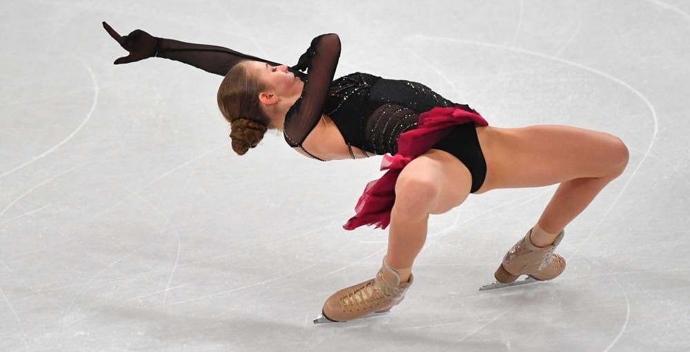 Трусова исполнила четверной лутц с руками наверх во время показательных выступлений - фото