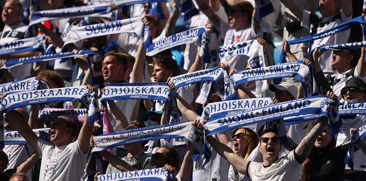 Истории о болельщиках от волонтера Евро-2020: польский юмор, эмоции финнов и доставка шведа в медпункт - фото