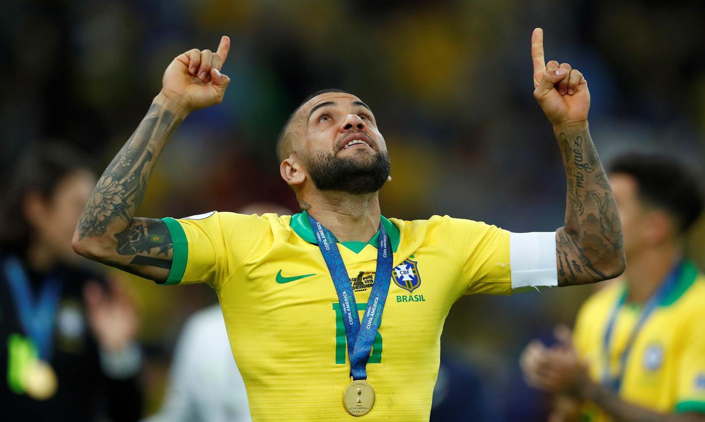 Самый титулованный игрок в истории футбола сменил клуб. Ему устроили потрясающую встречу! - фото