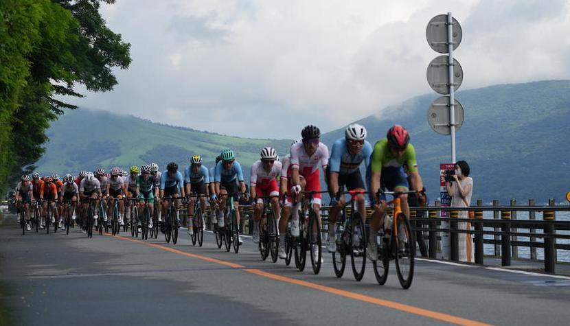 По вине организаторов сразу несколько велогонщиков остались без питания во время групповой гонки на Олимпиаде-2020 - фото