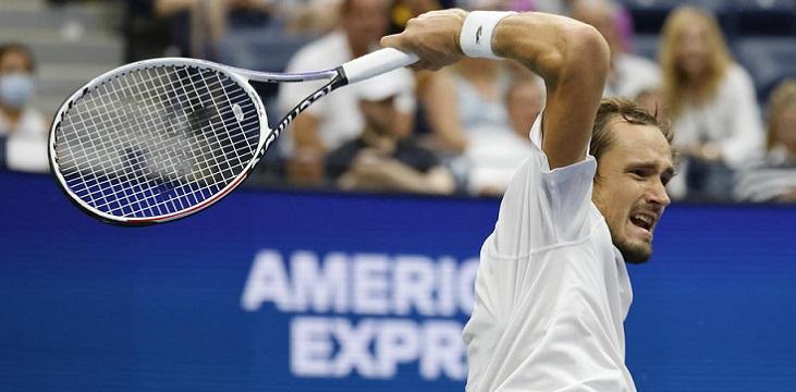 Медведев пробился в четвертьфинал US Open и иронично поблагодарил американскую публику - фото