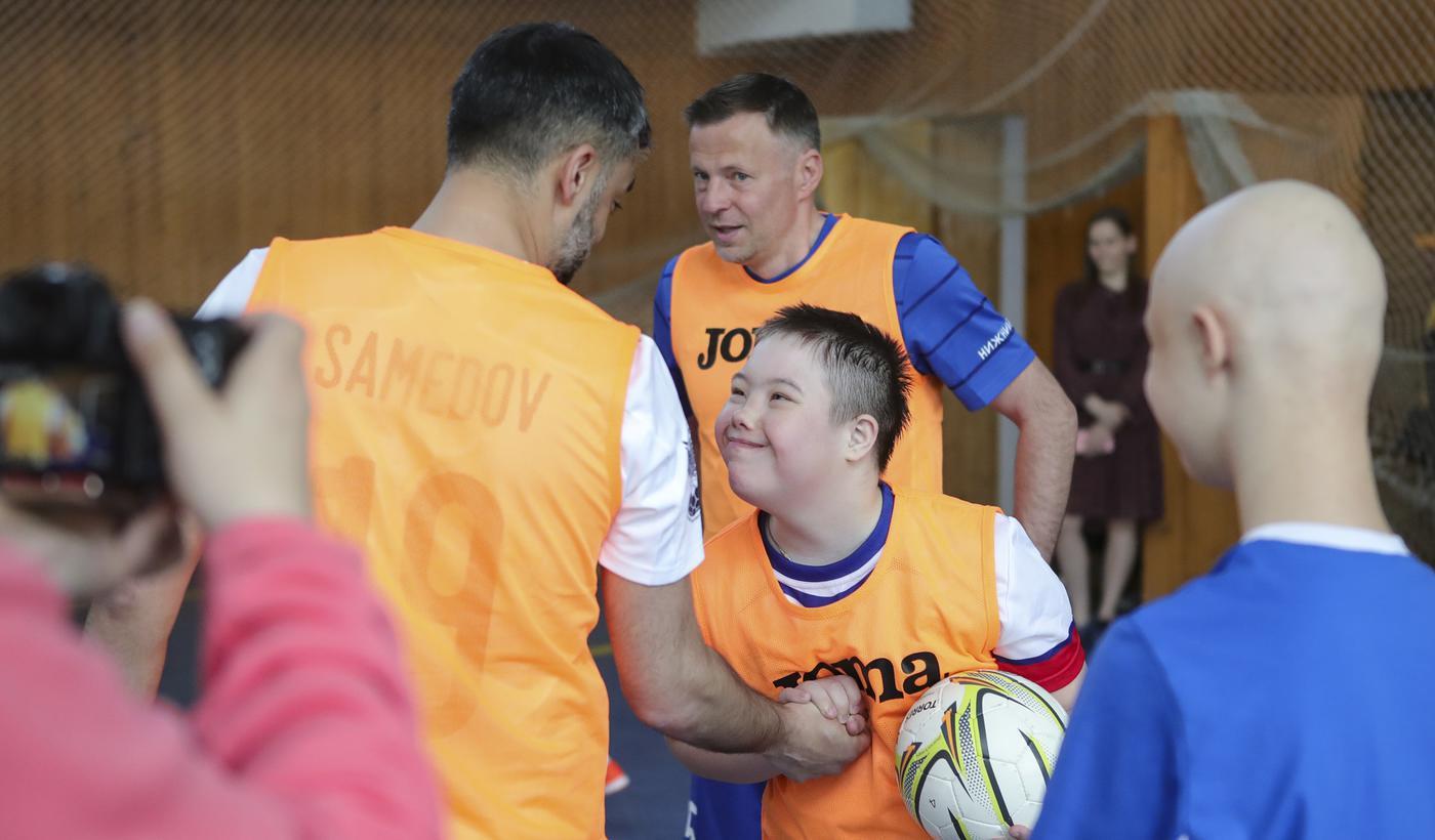 Самедов, Каряка, Сычев сыграли в футбол с детьми с ОВЗ - фото