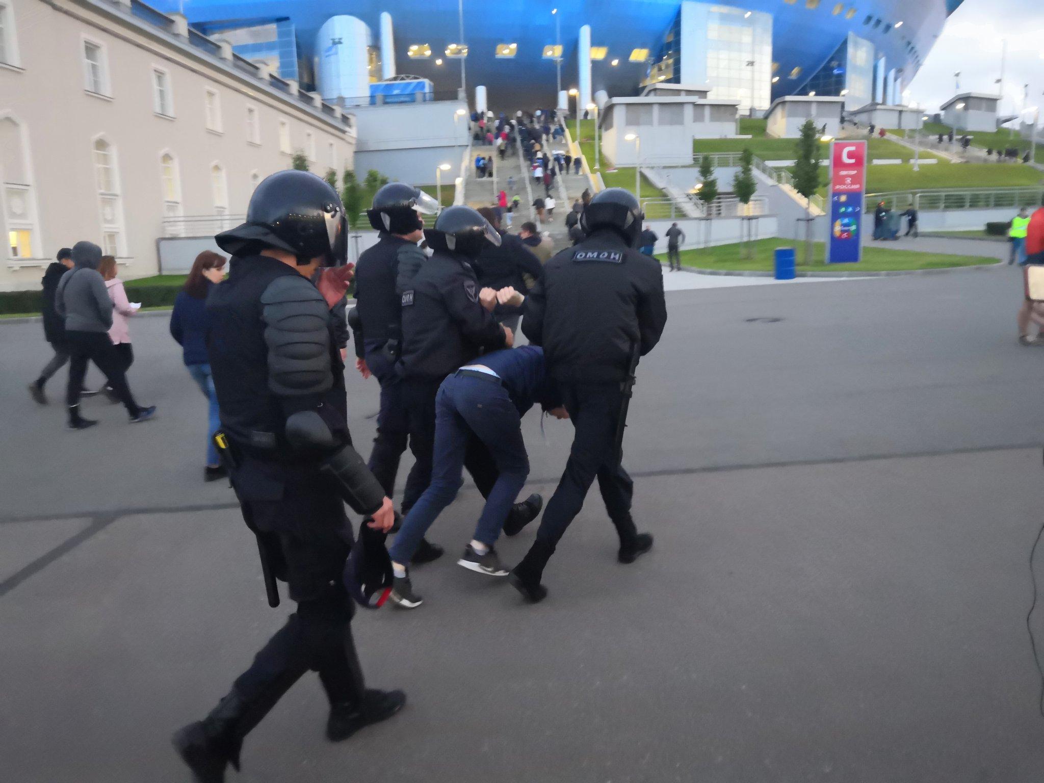 На «Газпром Арене» произошел инцидент между ОМОНом и фанатами. «Зенит» выступил с заявлением - фото