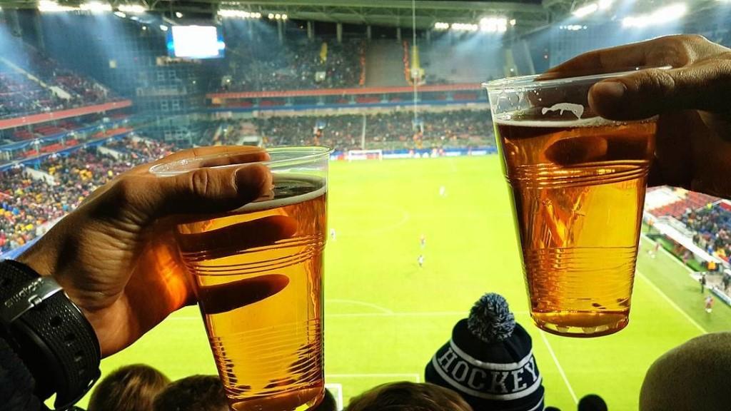 Жадность губит футбол в России. Что общего между продажей пива и показом АПЛ - фото