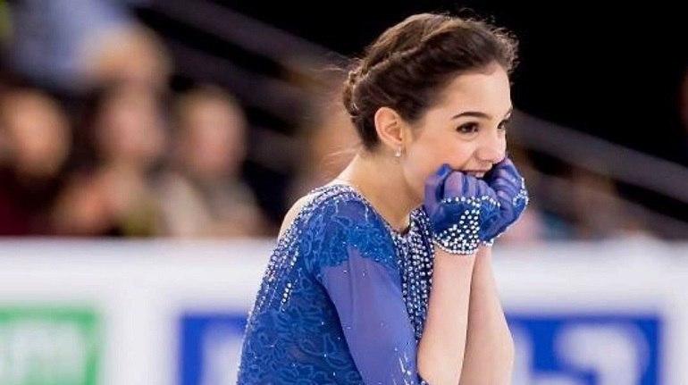 Евгения Медведева провела тренировку в старых коньках, замотанных скотчем - фото