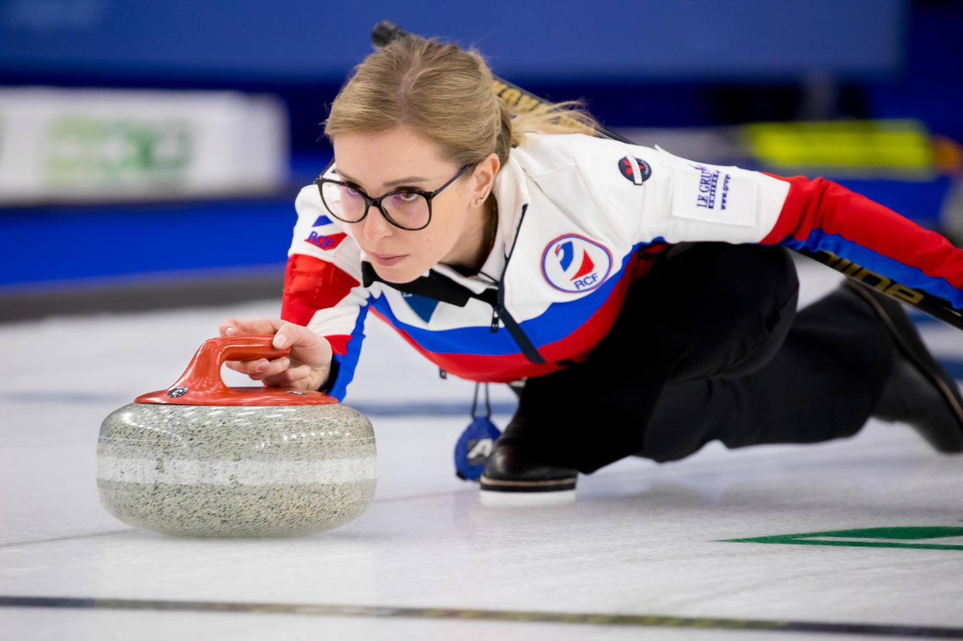 Сборная России завоевала серебро чемпионата мира по керлингу - фото