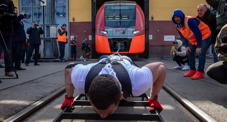 Российский силач установил мировой рекорд, сдвинув поезд весом 270 тонн - фото