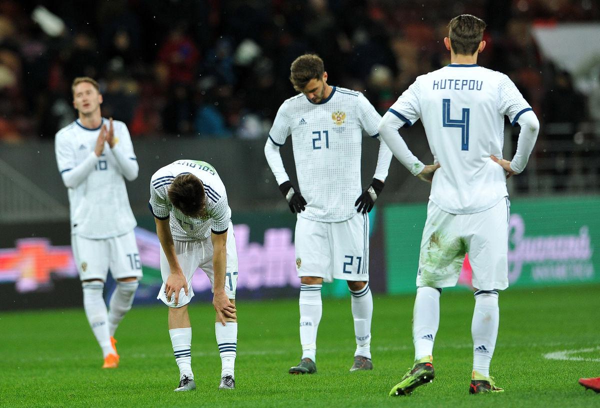 Сборная России потеряла три позиции в обновленном рейтинге ФИФА - фото