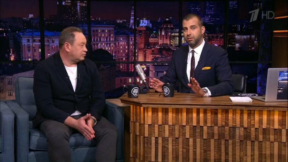 Ургант в эфире Первого канала почтил память Коби Брайанта - фото