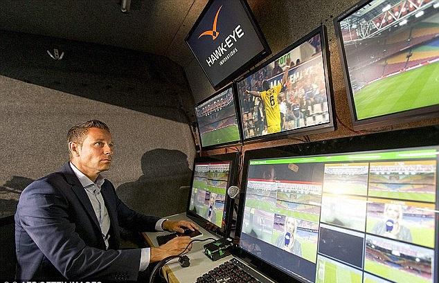 Во время ЧМ-2018 болельщики смогут увидеть повтор, который просматривает арбитр через систему VAR - фото