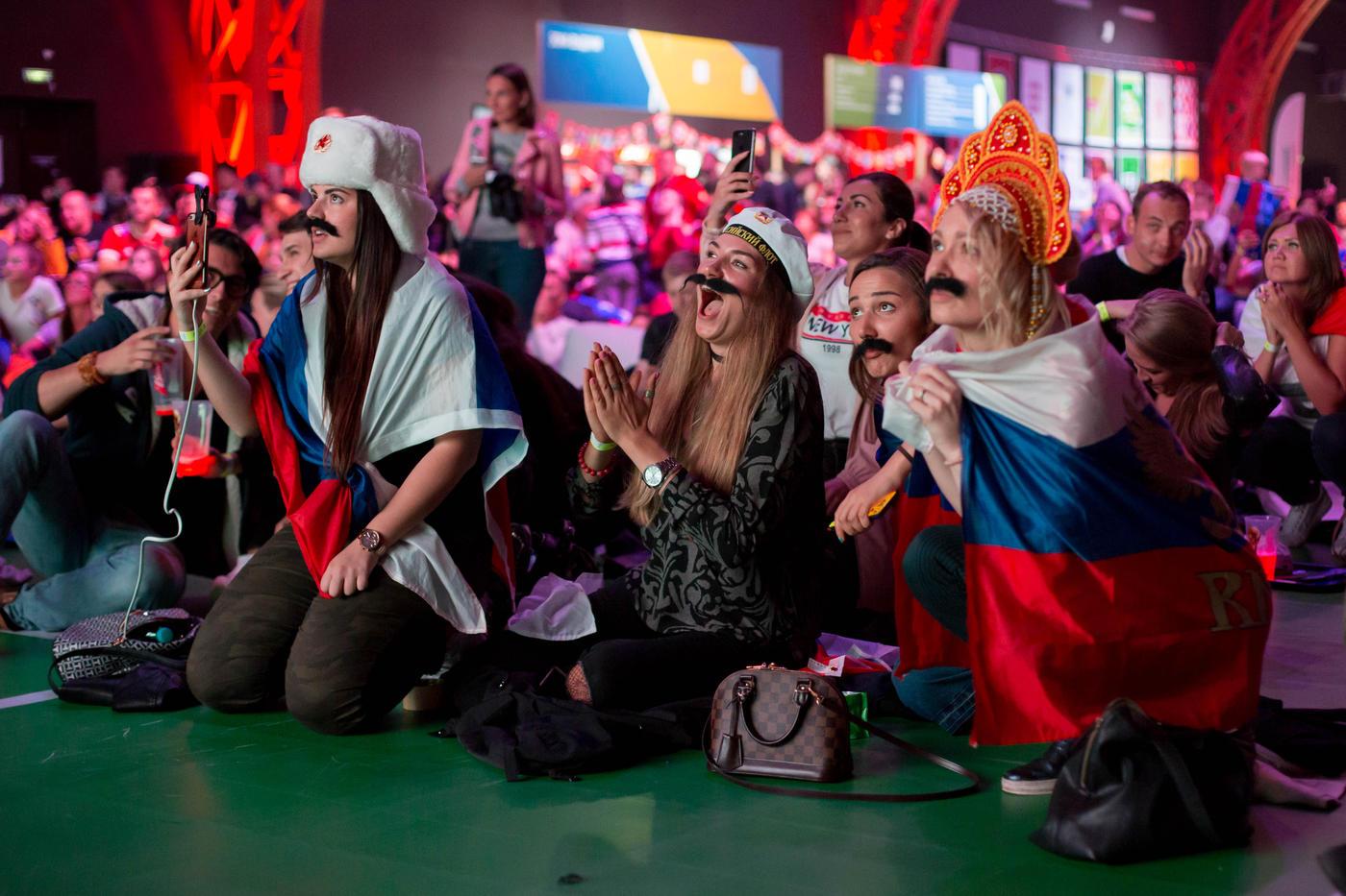 Медведь, валидол и танцы на столе. Матч Испания - Россия в фан-зоне - фото
