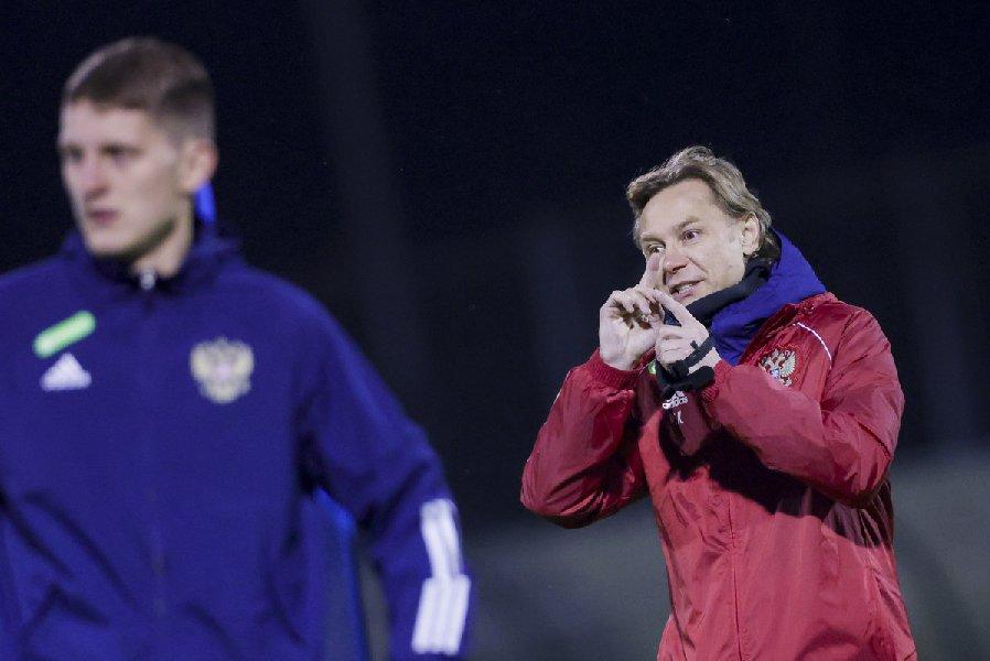 Экс-футболист сборной Словении заявил, что Карпину нельзя вести себя с игроками, как с котятами - фото