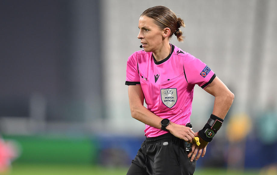 Арбитром матча открытия чемпионата Европы впервые назначена женщина - фото