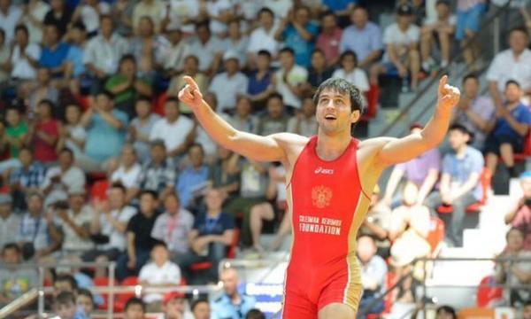 Рамонов выиграл золото в вольной борьбе до 65 кг - фото