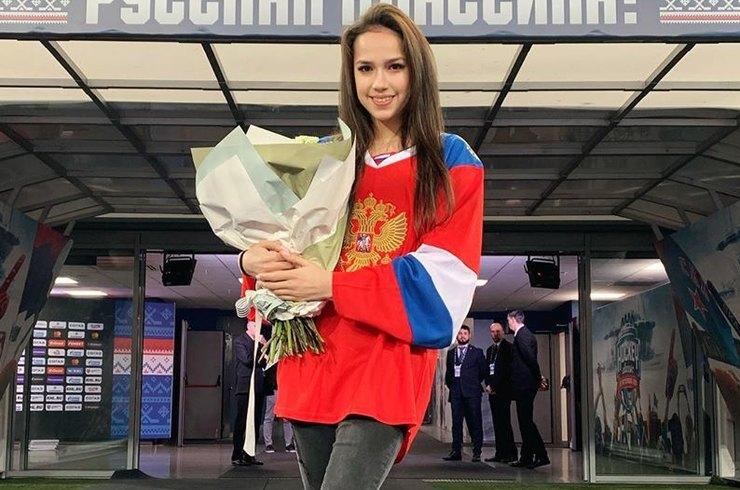 Алину Загитову подняли на воздух, теперь она катается в паре - фото