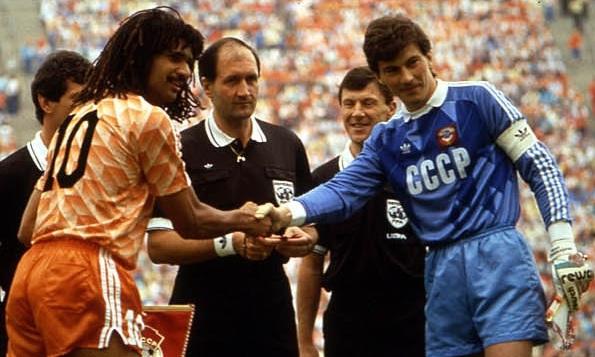 Сборная СССР проиграла в финале Евро 33 года назад, пропустив один из самых красивых мячей в истории - фото