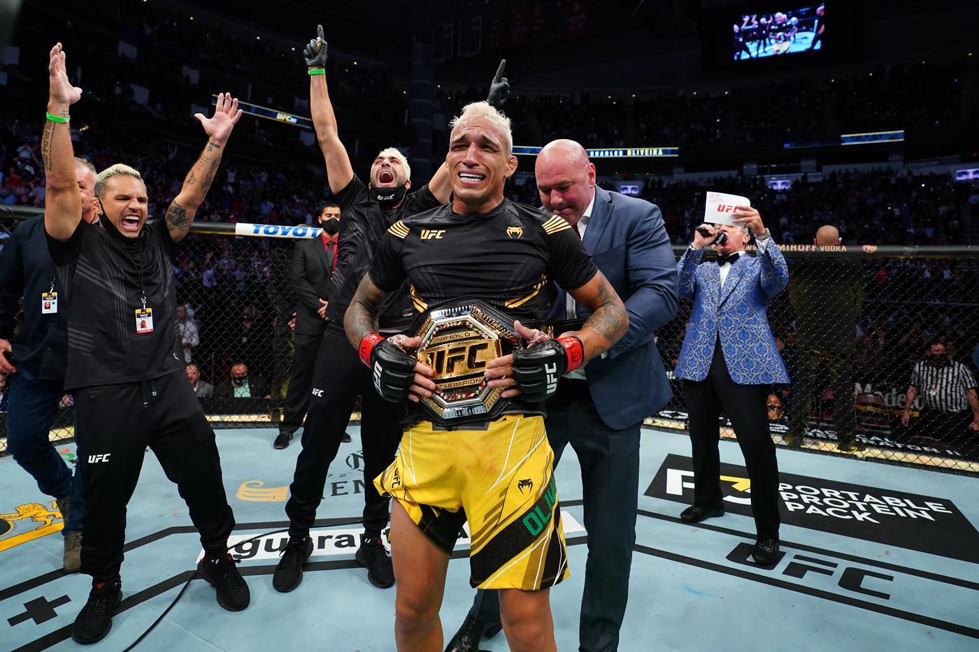 Оливейра забрал пояс «легкого» чемпиона, принадлежавший Хабибу - фото