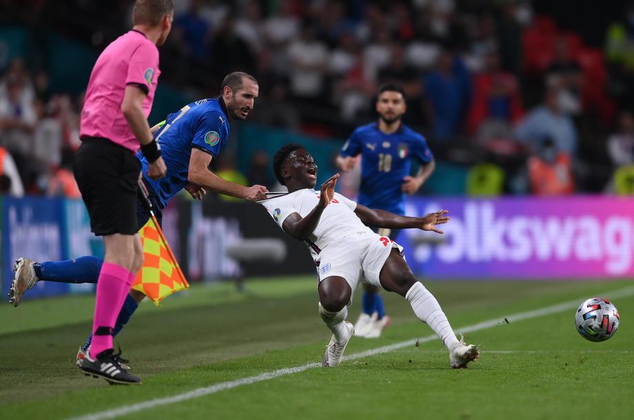 Более 100 тысяч английских фанатов подписали петицию с требованием переиграть финал Евро-2020 - фото