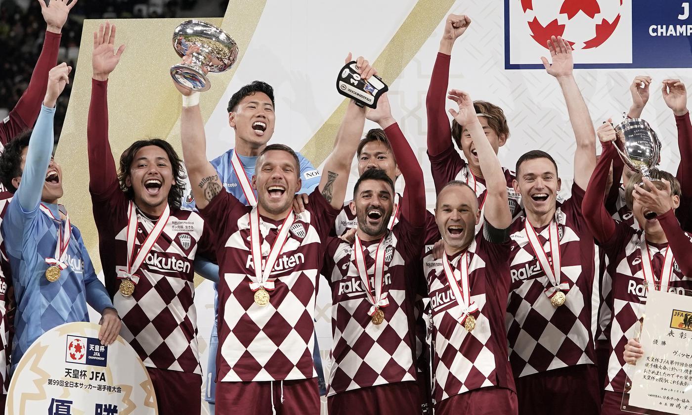 В Японии сыграли в футбол раньше всех в 2020-м и проводили легенду. Главный стадион Олимпиады открыт! - фото