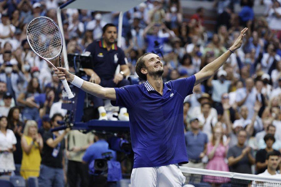 Медведев пробился в четвертый круг турнира в США - фото
