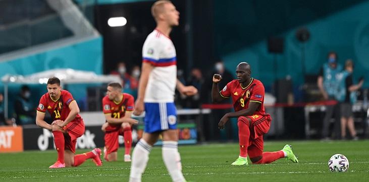 УЕФА призвали российских болельщиков проявлять уважение к игрокам, приклонившим колено - фото