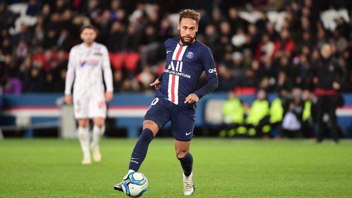 Президент Франции продлил карантин, Лига 1 не вернется до конца мая - фото