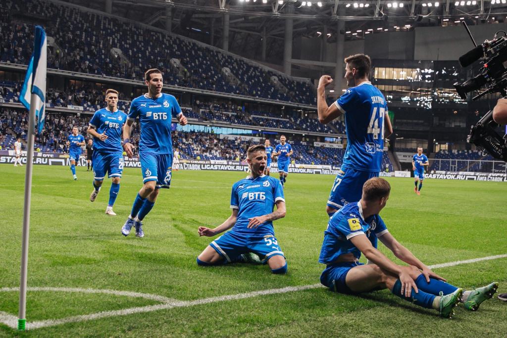 Игроки Динамо празднуют гол Даниила Фомина в ворота ЦСКА