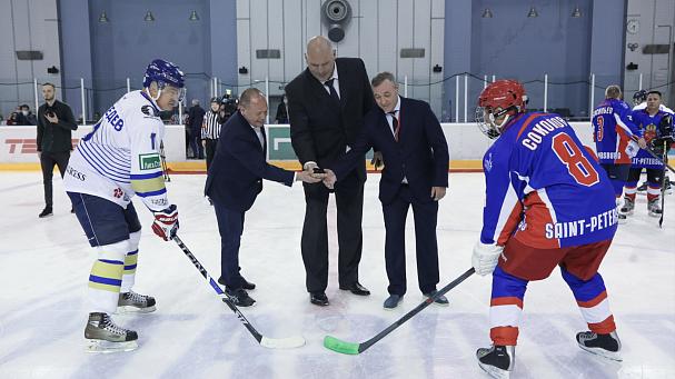 Политики сыграли в хоккей перед ПМЭФ. Путин на лед не вышел - фото